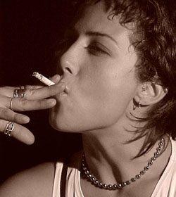 dobott egy lányt, aki dohányzik)